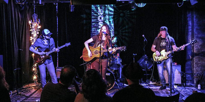 Laura Rabell performing