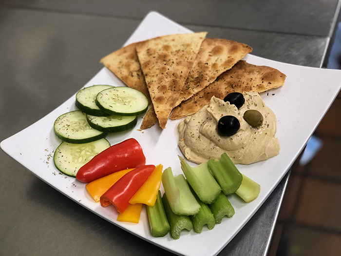 Hummus with vegetables and crackers